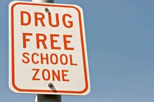 نشہ کرنے کی ناکام کوشش، 8 سالہ لڑکی  کو سکول سے نکال دیا گیا