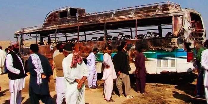 دادو کے قریب انڈس ہائی وے پر باراتیوں کی بس ہائی ٹینشن وائر ز سے ٹکراگئی ،دولہا کی ماں اورخواتین و بچوں سمیت 11افراد جاں بحق  30زخمی  شادی کا گھر ماتم کدہ بن گیا، دلہن کے استقبال کی تیاری غم میں بدل گئی  صف ماتم بچھ گئی زخمیوں میں سے بعض افراد 70 سے 80 فیصد تک جھلسے ہوئے ہیں  جاں بحق افراد کی تعداد میں اضافے کا خدشہ ہے ایم ایس سول اسپتال  صدر  وزیر اعظم کاحادثے میں انسانی جانوں کے ضیاع پردکھ اور افسوس کا اظہار،زخمیوں کو بہترین طبی سہولیات فراہم کر نے کی ہدایت  آصف علی زرداری ، عمران خان، الطاف حسین کادادو میں ہونے بس حادثے پر دکھ اور افسوس کا اظہار، وزیراعلیٰ سندھ نے رپورٹ طلب کرلی