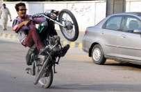 کراچی میں ساحل سمندر پر ون ویلنگ کرنے والے نوجوانوں کو پولیس نے مرغا ..