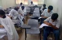 ملتان:جماعت نہم کے سالانہ امتحانات، انگلش کا پرچہ حل کرتے ہوئے دل کا ..