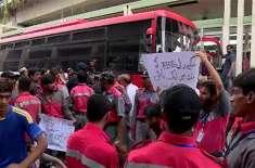 نابینا احتجاجی مظاہرین سے پولیس میٹروبس ٹریک خالی کروانے میں ناکام ..