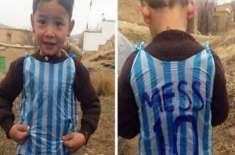 لیونل میسی کے افغان پرستار بچے نے شاپر سے ٹی شرٹ بنالی