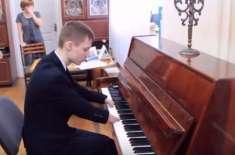 انگلیوں سے پیدائشی معذور لڑکے نے پیانو بجانے میں بہت سوں کو پیچھے چھوڑدیا