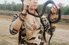 رابی پیرزادہ نے ایک سانپ کو گود میں لے لیا