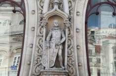 سیلفی لینا مہنگا پڑگیا۔ 126 سال پرانا مجسمہ تباہ