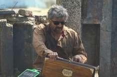 ممبئی کی سڑکوں پر سریلی آواز میں گانا گا کر بھیک مانگتے ہوئے سونو نگم ..