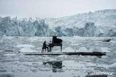 بحرمنجمدشمالی کو بچانے کے لیے پیانو نواز کی تیرتے پلیٹ فارم پر پرفامنس