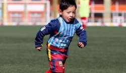 میسی کے ننھے افغان پرستار کی یوتھ فٹبال ٹیم کے کھلاڑیوں کے ہمراہ ٹریننگ