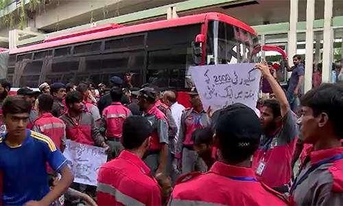 نابینا احتجاجی مظاہرین سے پولیس ..