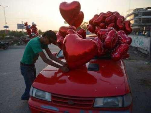 اسلام آباد میں ویلنٹائن ڈے  منانے ..