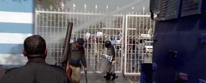 پی آئی اے ملازمین کا احتجاج ' پولیس اور رینجرز کی کارروائی ' آنسو گیس ..