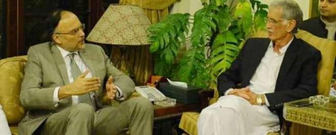 وفاقی وزیر  احسن اقبال نے وزیراعلیٰ کے پی کے کو سی پیک کے مغربی روٹ پر ..