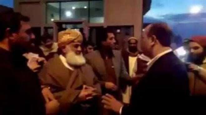 جے یو آئی (ف) کے سربراہ کی پریس کانفرنس کے دوران مردان کا پٹھان مولانافضل ..
