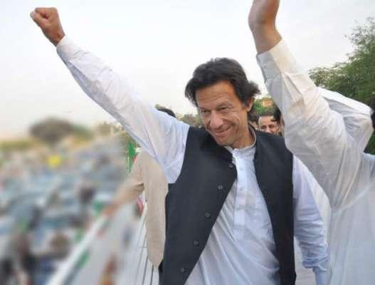 پشاور : یہ ہوتا ہے لیڈر۔۔ پی ٹی آئی چئیر مین عمران خان بغیر پروٹوکول ..