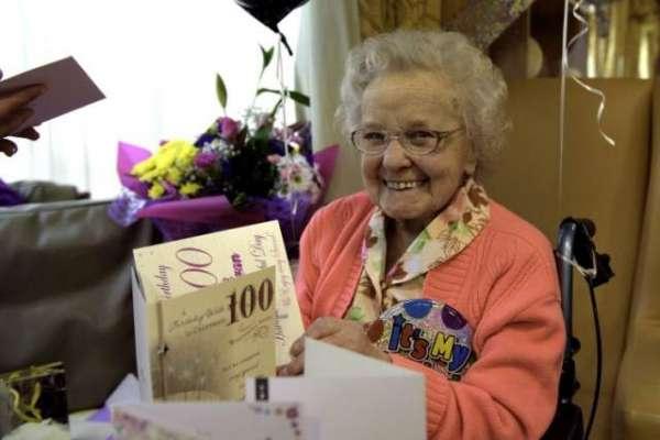 100سالہ بوڑھی عورت نے زندگی میں کبھی میک اپ نہیں کیا