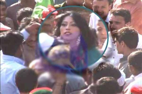 عمران خان کو دیکھنے کے لیے پہلے جلسہ گاہ گئی تھی۔ ماڈل عینی خان