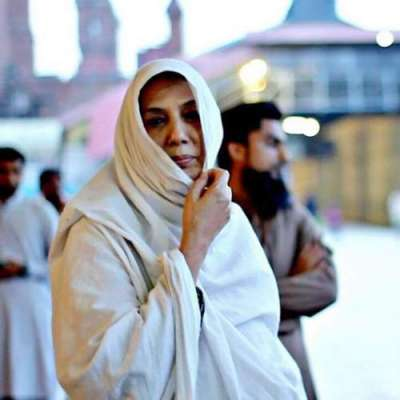 سینکڑوں بے گھر افراد کو کھانا کھلانے والی لاہور کی خاتون