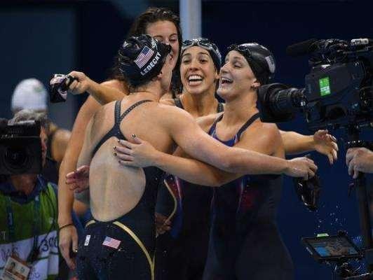 امریکہ 'خواتین کی تیراکی کی ٹیم نے سونے کا تمغہ جیت کر امریکہ کو پوائنٹس ..
