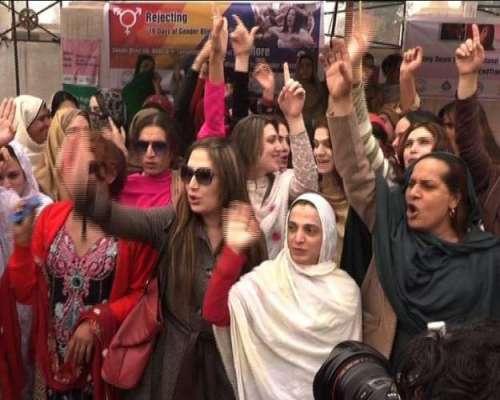 خواجہ سرائوں کا سیالکوٹ میں اپنے ساتھی پر تشدد کیخلاف پریس کلب کے باہر ..