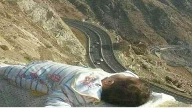مکہ:سعودی شہری نے اپنے بچے کی تصویر لینے کے لیے پہاڑ کی چوٹی پر لیٹا ..