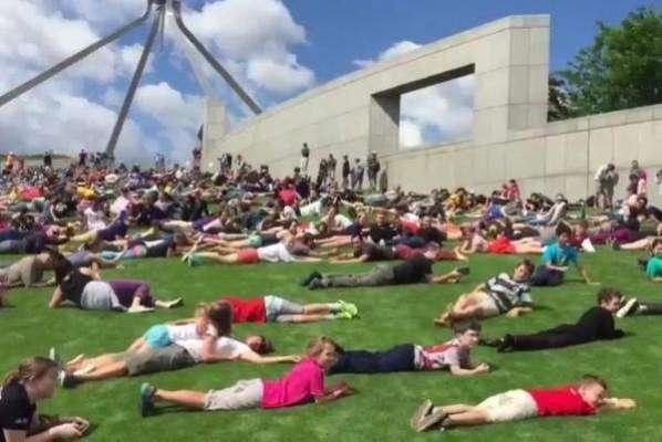 آسٹریلوی پارلیمنٹ کی پہاڑی سے سینکڑوں افراد کی ایک ساتھ آخری بار قلابازیاں