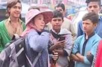 سی پیک کی جھلک،کراچی میں چینی سیلزگرلزنے موبائل فونزفروخت کرناشروع ..
