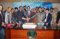 لاہور پریس کلب میں روزنامہ جہان پاکستان کی چوتھی سالگرہ کا کیک کاٹا ..