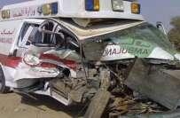 سعودی عرب میں ایمبولینس دو افراد کو لئے ہوئے ٹریفک حادثے کا شکار