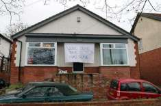 طلاق کی خوشی منانے کے لیے ایک شخص نے گھر پر بینر لگادئیے