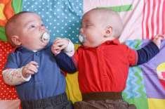 ہم شکل جڑواں بچوں نے پیدائش سے پہلے ہی ایک دوسرےکا ہاتھ تھام کر ایک ..