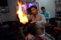 بجلی کی لوڈشیڈنگ سے تنگ فلسطینی حجام بال سیدھے کرنے کے لیے آگ استعمال ..