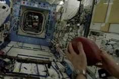 بین الاقوامی خلائی سٹیشن کے خلاباز نے طویل ترین فاصلے تک فٹ بال پاس ..