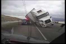 تیز ہواؤں نے سیمی ٹرک کو پولیس کی گاڑی پر گرا دیا۔ ویڈیو وائرل