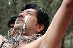 پاکستانی سٹنٹ مین پلکوں سے اینٹیں اٹھانے کے لیےعلاوہ درجنوں کرتب دکھا ..
