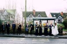 کارپارکنگ کے لیے جگہ کون ڈھونڈے۔ دلہن بس میں سفر کرکے اپنی شادی کی تقریب ..