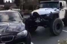 غصے میں بھرے جیپ ڈرائیور نے  غلط پارک کی ہوئی بی ایم ڈبلیو کو جیپ کے ..