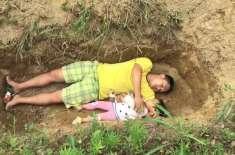 باپ نے 2 سالہ بیمار بیٹی کے ساتھ قبر میں کھیلنا شروع کردیا تاکہ اپنے ..