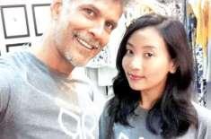 بھارتی اداکار ملند سومن اپنی بیٹی کی عمر کی لڑکی کو ڈیٹ کرنے پر تنقید ..