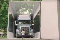 3 سالہ بچے نے  فل سائز ہیوی ٹرک پر مشتمل  دنیا  کے سب سے بڑے باکس کی ان ..