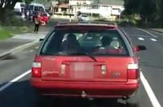 گاڑی میں بکری کو گھمانے والے بچے نے سب کو حیران کر دیا