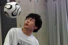 کندھوں سے مسلسل فٹبال اچھالنے کا ورلڈ ریکارڈ جاپانی نوجوان کے نام