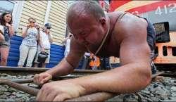 روسی باڈی بلڈر نے وزنی ٹرین کھینچ کر ریکارڈ بنالیا