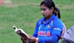 بھارتی کپتان میتھالی بیٹنگ سے پہلے کتاب پڑھتی ہیں ،ْویڈیو سوشل میڈیا ..
