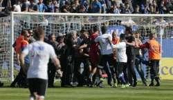 فرنچ فٹبال لیگ:میزبان پرستاروں نے مہمان پلیئرزپرحملہ کردیا، میچ منسو ..
