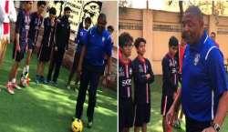 برازیلین فٹبال کوچ رومالڈو سانچیز نے کراچی میں کھلاڑیوں کو ٹریننگ ..