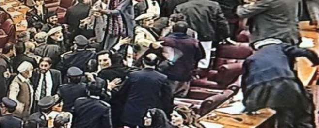 قومی اسمبلی کا اجلاس:(ن)لیگی اور پی ٹی آئی ارکان کے درمیان ہاتھا پائی ..