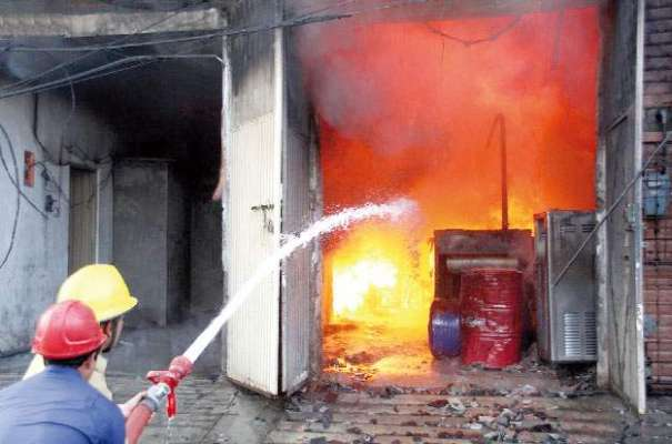 لاہور: محمود بوٹی انٹرچینج کے قریب دفتر میں آگ لگ گئی، 6 افراد جاں بحق
