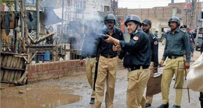 سیہون شریف دھماکہ; مشتعل افراد کا احتجاج،مظاہرین نے پولیس موبائل الٹا ..