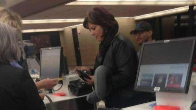 ائیر پورٹ پر کھڑی عورت کی تصویر وائرل ہوگئی۔ تصویر کو قریب سے دیکھیں ..
