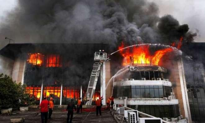 عوامی مرکز میں آگ بُجھ گئی تھی جب کچھ نقاب پوش لوگ آئے اور آگ دوبارہ ..